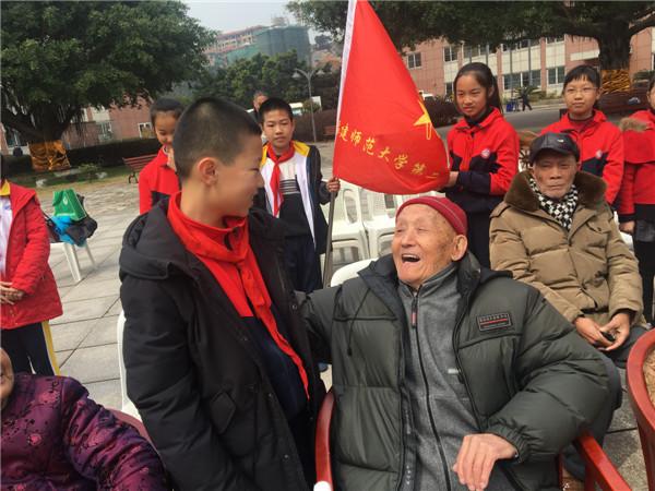 学雷锋月 福州马尾志愿者用行动传承雷锋精神