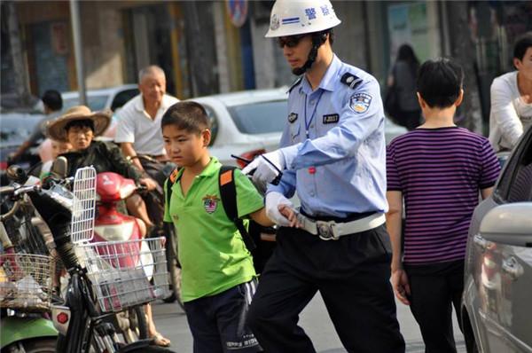 榕交警护航开学季 助导交通文明风