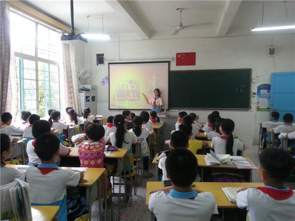 福州市岳峰中心小学开展 向国旗敬礼 活动