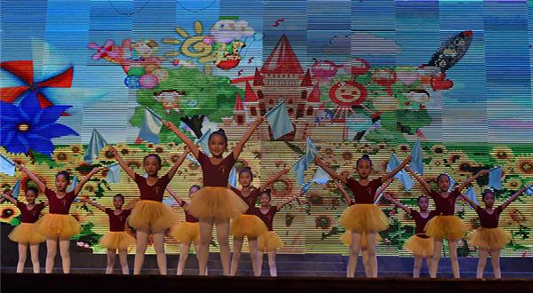 活泼可爱的现代舞蹈《旗语兵》《吹泡泡》《小花旦》《寻胡隐君》等