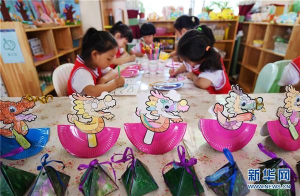 当日,河北石家庄市第五幼儿园开展手工制作香囊,亲子包粽子,剪贴